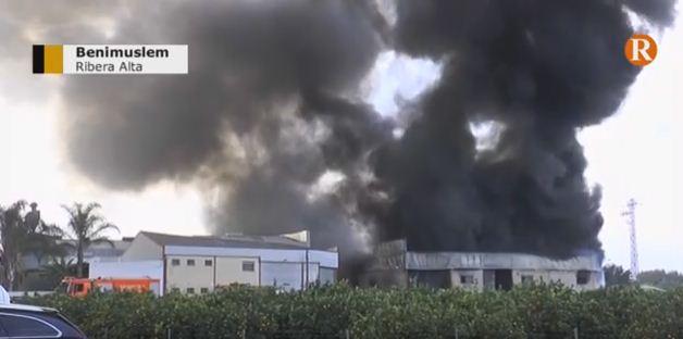 Els bombers controlen l'incendi de la fàbrica de reciclatge de plàstics de Benimuslem