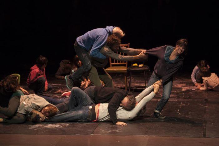 """Els veïns d'Almussafes comparteixen escenari amb """"El pont flotant"""" en l'obra """"El fill que vull tindre"""""""