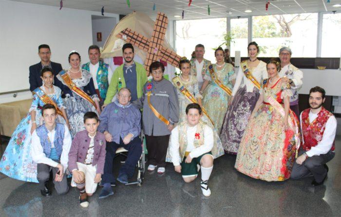 La residència La Vila d'Almussafes rep la visita de les comissions falleres de la localitat