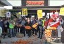 """Els agricultors es concentren a les portes de ALCAMPO per exigir preus """"dignes"""""""