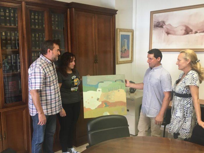 L'artista local Joaquin Artés cedeix una de les seues obres a l'Ajuntament de Guadassuar.