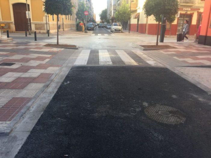 El carrer Cervantes reobri al trànsit després de finalitzar les obres de millora del col•lector de l'aigua, canviar el clavegueram i millorar l'asfalt