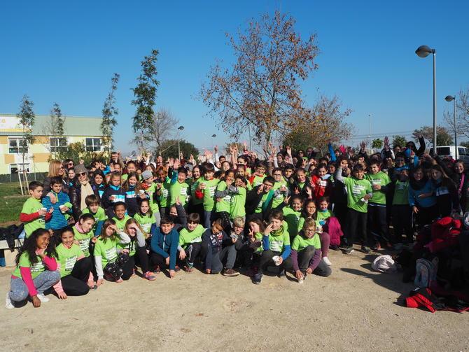 """Vora 300 escolars culminen el projecte """"Arbres a l'Aula"""" amb una plantada a Sueca"""