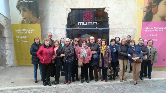 El col·lectiu de majors d'Almussafes visita l'exposició 'Memòria de la Modernitat' a Alzira