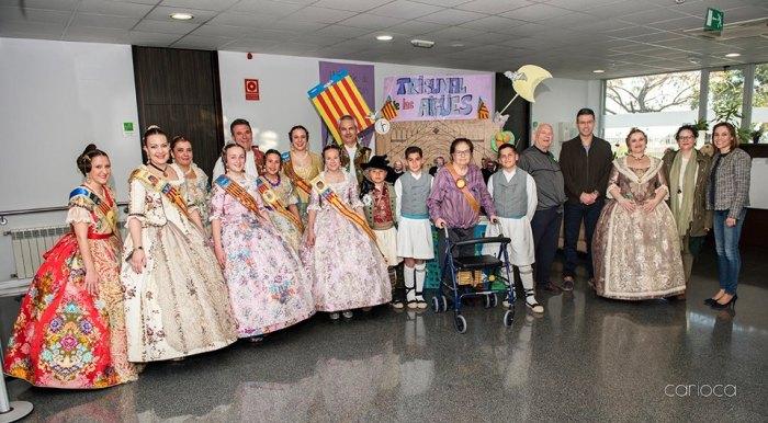 Les comissions falleres d'Almussafes visiten la Residència i Centre de Dia 'La Vila'