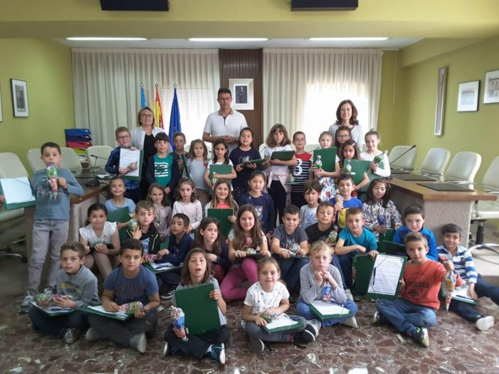 Els alumnes de segon de Primària del CEIP Almassaf entrevisten a l'alcalde d'Almussafes