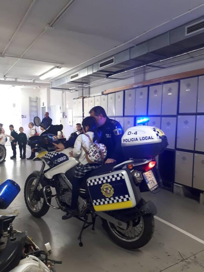 Les instal·lacions de la Policia Local de Burjassot reben la visita de l'alumnat del municipi