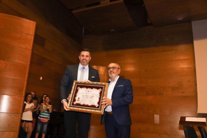 L'IES Blasco Ibáñez rep l'escut d'or de Cullera en el seu 50 aniversari