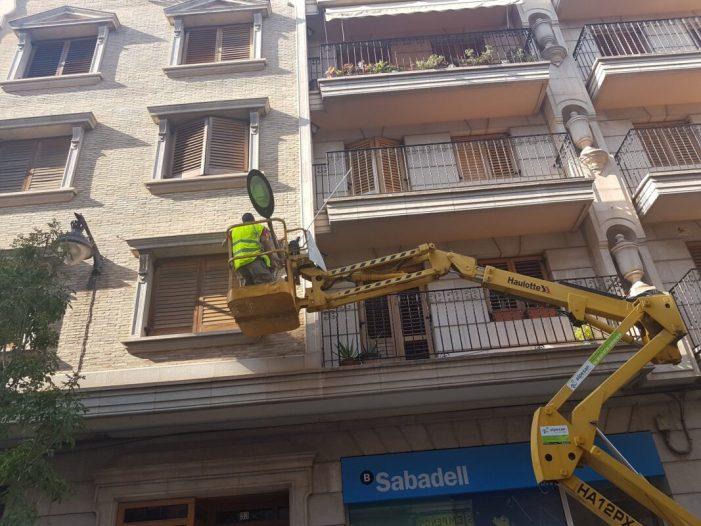 La instal·lació de nous fanals, a la segona fase del carrer Benito Pérez Galdós, dóna forma a la imatge final del carrer