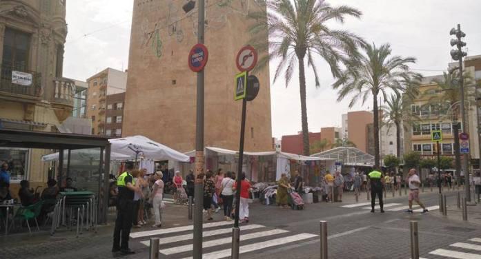 La plaça Major, oberta al trànsit els dies de mercat