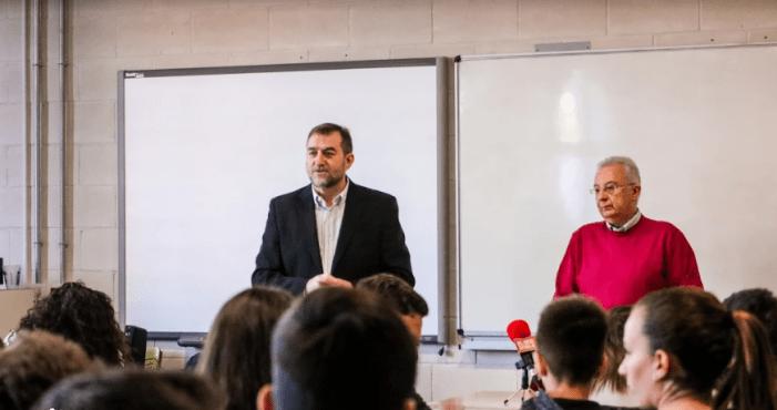 Els i les estudiants de l'IES de Guadassuar entrevisten a l'alcalde del poble en una roda de premsa