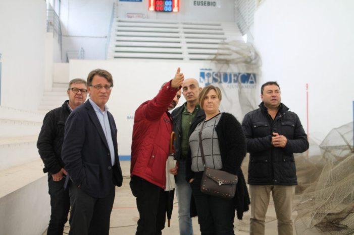 El director general d'Esports, Josep Miquel Moya, visita les obres del trinquet de Sueca que serà rehabilitat amb ajuda de la Conselleria i la Diputació