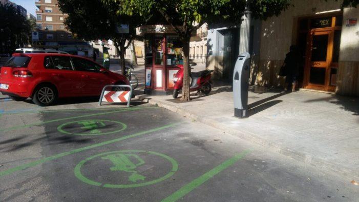 L'Ajuntament d'Alzira instal·la un punt de recàrrega d'energia de vehicles elèctrics a la plaça del Regne