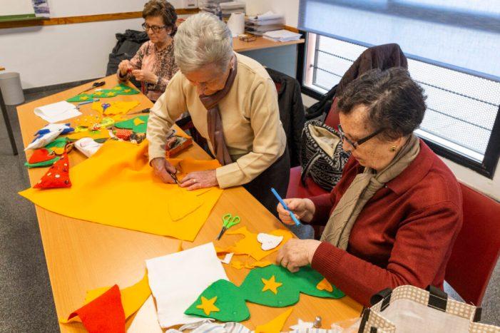 Els Majors treballen en la confecció de manualitats per al Nadal a Picassent