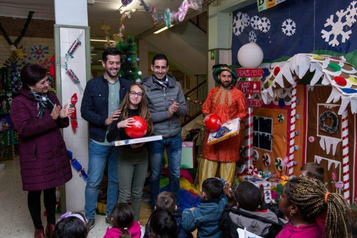 El Patge Real reparteix regals entre els xiquets i xiquetes del menjador social de Mislata