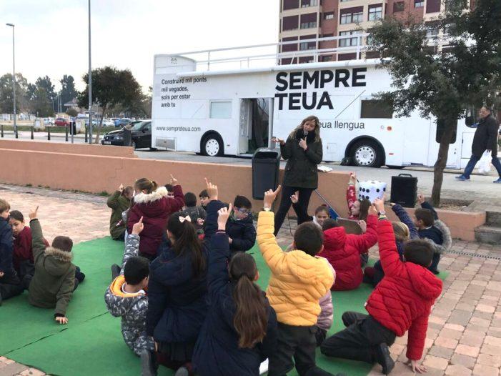 El Bus de la Llengua de la campanya 'Sempre teua. La teua llengua' arriba a la Ribera
