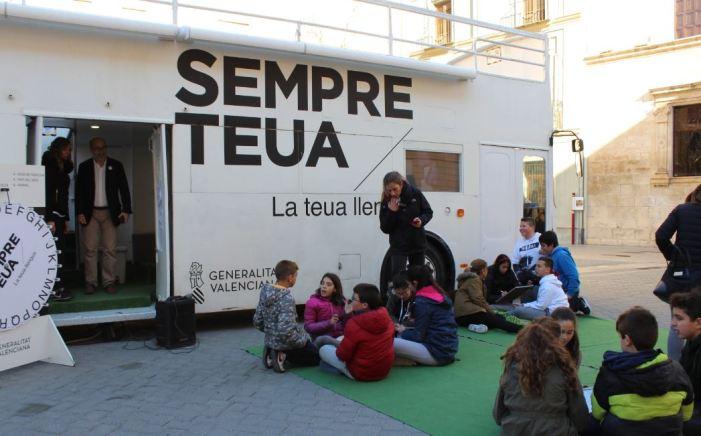 Més de 400 xiquets visiten El bus de la llengua a Alzira