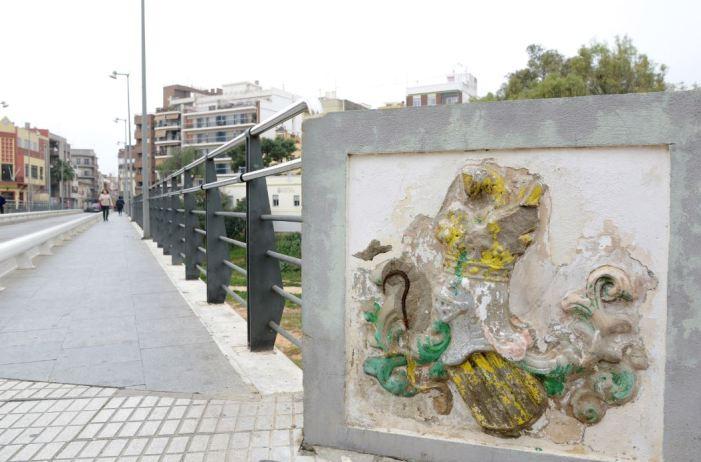 Comença la restauració dels escuts del Pont Vell de Paiporta