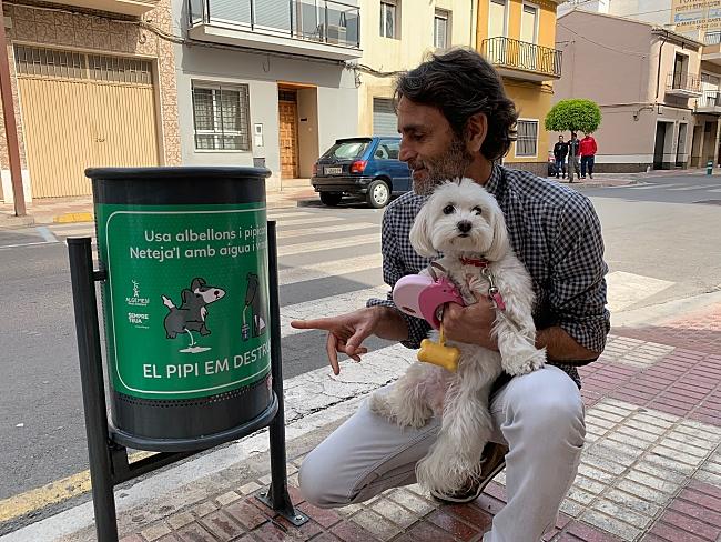 Fanals amb missatges a Algemesí per a conscienciar als amos de gossos del greu problema dels orines