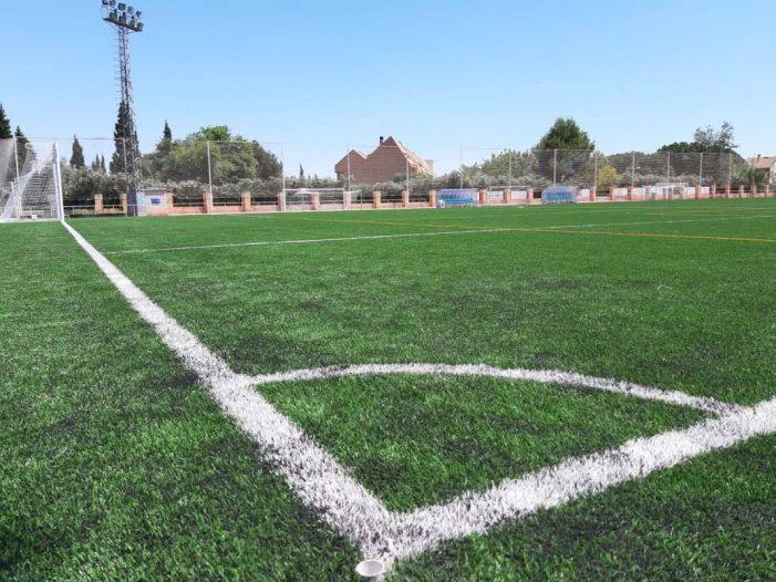 S'instal·la la nova gespa en el camp de futbol municipal