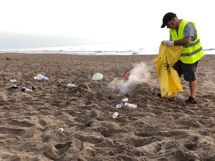 Ràpida neteja de les platges de Sueca després de la llarga Nit de Sant Joan