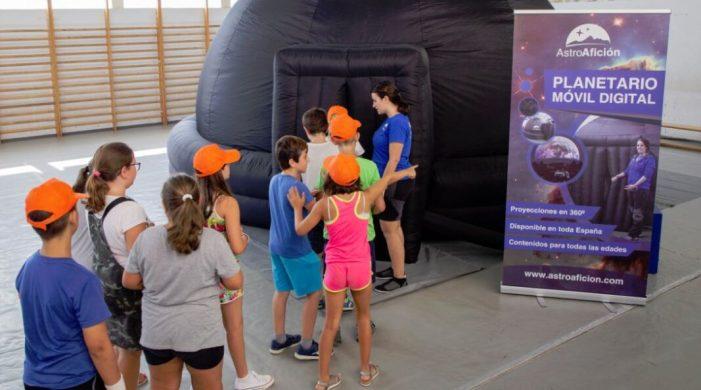 L'alumnat de l'escola d'estiu de Benestar Social de Picassent realitza un viatge interactiu pel Sistema Solar