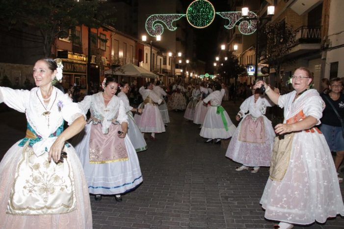 La dansà pels carrers d'Alaquàs i la tradicional actuació de balls regionals a la porta de l'Ajuntament atrau centenars de veïns i veïnes