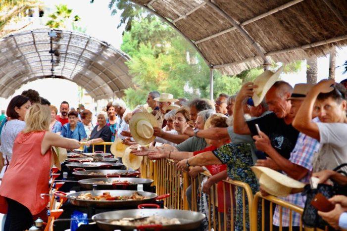 Milers de persones participen en el World Paella Day de Cullera