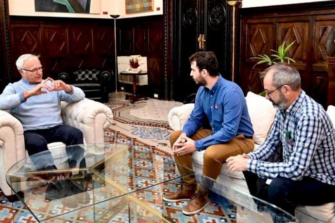 L'alcalde de València, Joan Ribó, s'ha reunit este matí amb els membres de l'Associació Recuperem les Covetes