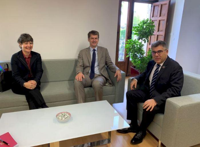 El delegat del Govern en la Comunitat Valenciana, Juan Carlos Fulgencio,  rep a l'ambaixador britànic, Hugh Elliot