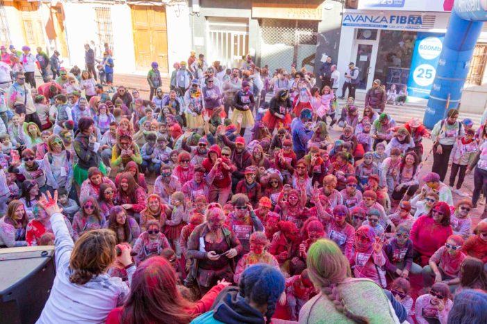 Color i diversió en la Holi Run que inicia la temporada del programa «Oci en Família» a Picassent