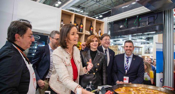 La ministra de Turisme prova la Paella de Cullera: «Està boníssima»