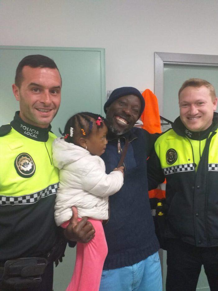 Dos policies locals de Sueca salven la vida d'una xiqueta de dos anys
