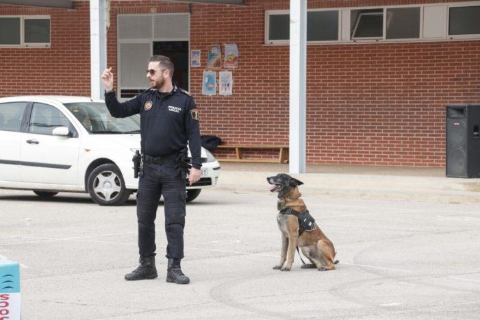 Unitat Canina de la Policia Local d'Alaquàs visita el CEIP Gonzàlez Gallarza.
