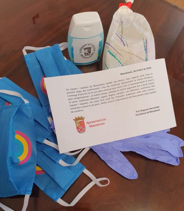 Massalavés reparteix kits contra el coronavirus als xiquets perquè passegen «segurs»