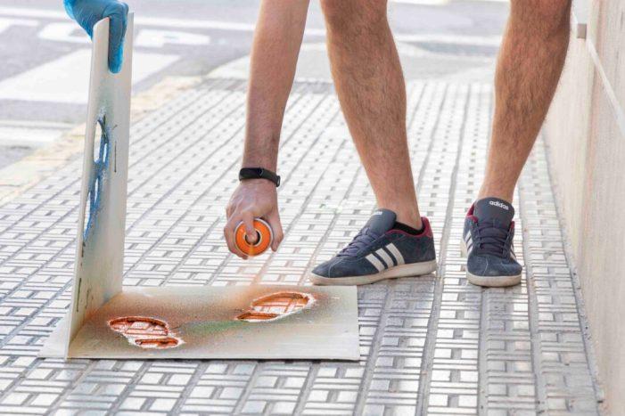 Les voreres dels carrers de Picassent compten amb una senyalització especial per ajudar a mantindre la distància social