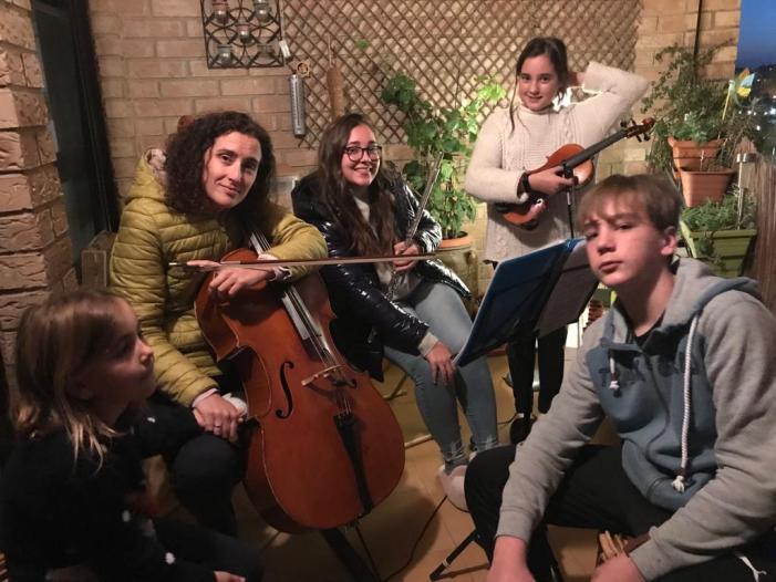 Cinquanta concerts des del balcó. Una família d'Alboraia ha animat als seus veïns i veïnes amb un concert quasi diari