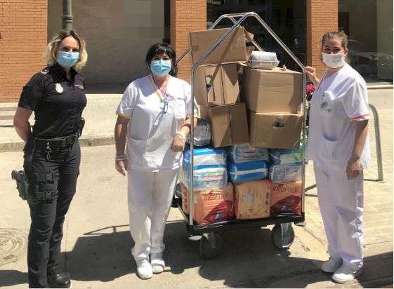 La Policia Nacional reparteix material sanitari donat per una farmàcia de València per a residències de persones majors