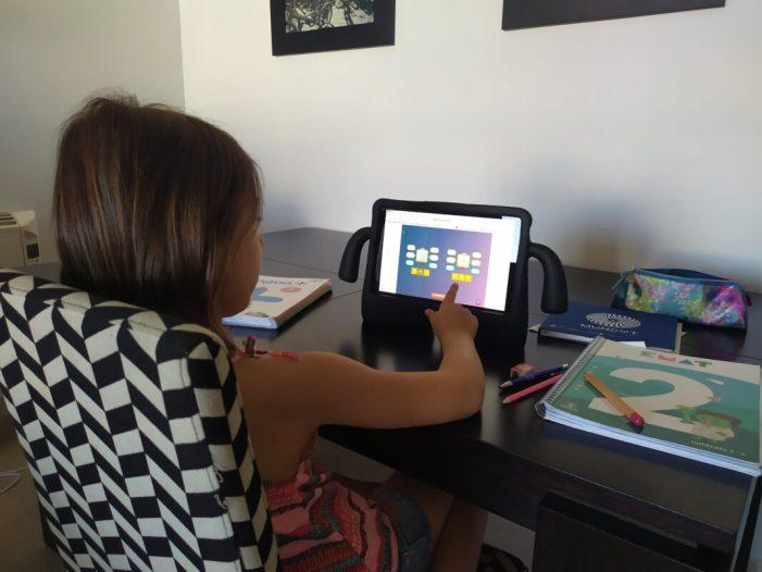 El 60% de famílies espanyoles qualifiquen amb notable o excel·lent als docents de primària i secundària pel seu esforç i implicació amb l'ensenyament en línia