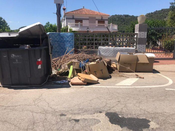 Cs La Barraca d'Aigües Vives denuncia l'acumulació de fem en els contenidors