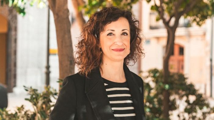 La regidora Maite Ibáñez, la periodista Carmen Velasco i l'artista Mario Rabasco, en WebinarsLaNau