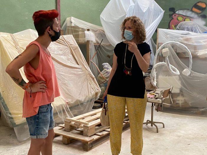 PP Torrent: Folgado visita el taller de l'artista fallera Gio i demana que es posen ja en marxa les ajudes al sector