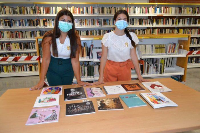 Les Falleres Majors d'Alaquàs lliuren tots els llibrets de les Falles 2020 a la  Biblioteca Municipal