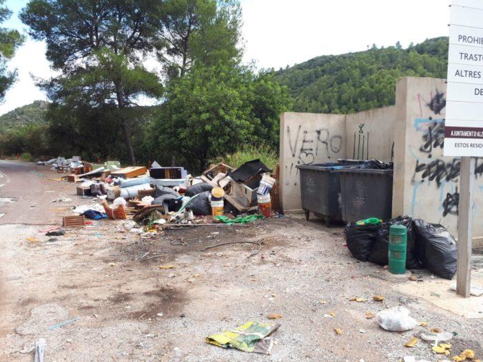 El PP 'Alzira advertix del perill en el Pont de l'Estret per la quantitat de fem i enderrocs depositats