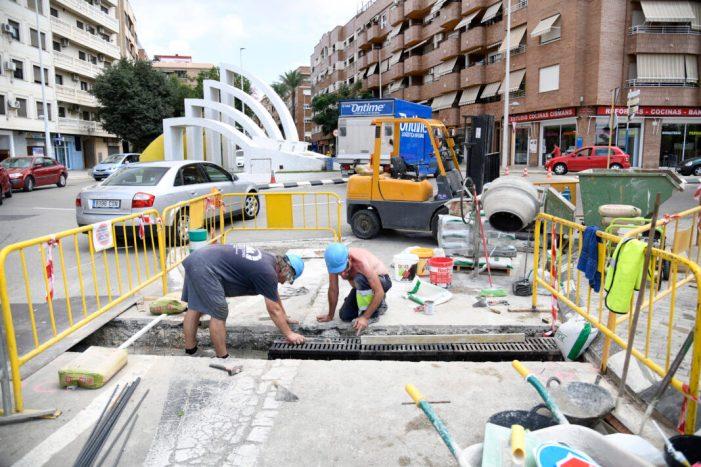 Obres de millora en el sistema d'evacuació d'aigua del pont nou de Paiporta