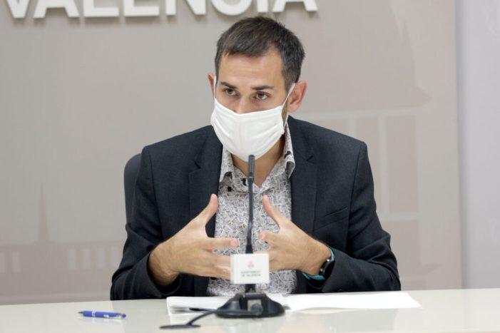 El personal encarregat de la desinfecció dels parcs infantils, tancats per seguretat, reforçarà el servici de neteja de mobiliari urbà a València
