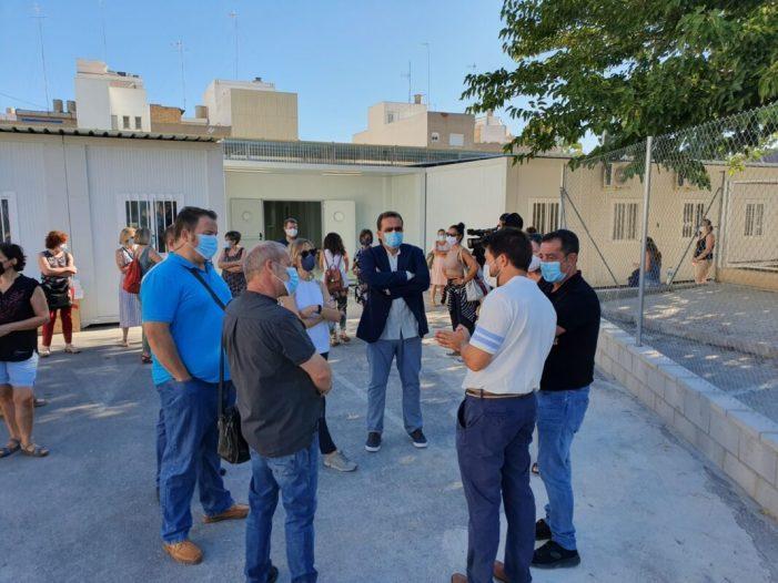 La directora territorial d'Educació visita el nou aulari prefabricat del col·legi Carrasquer a Sueca per a comprovar l'estat de les obres