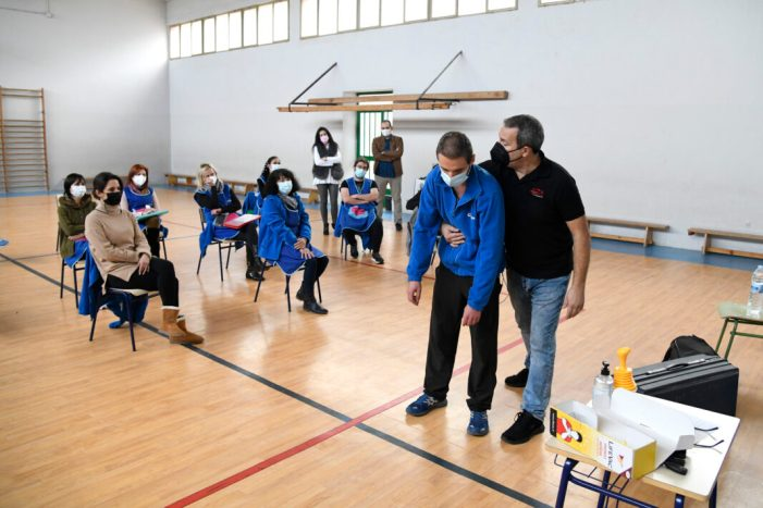 Els centres educatius de Paiporta es formen contra ennuegades i en primers auxilis