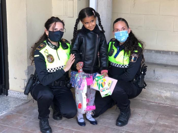 La Policia Local reparteix regals i il·lusió als xiquets i xiquetes de Torrent