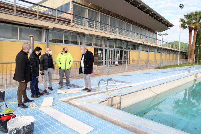 Alaquàs realitza nous treballs de repavimentació de la zona de platja i recuperació de més zona de gespa a la piscina municipal d'estiu